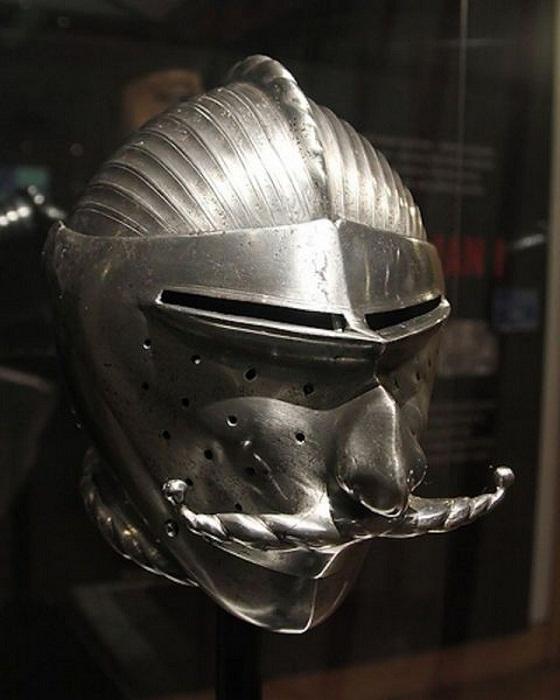 Шлем в виде лица с роскошными усами.